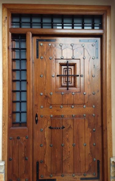 puerta manchega con clavos
